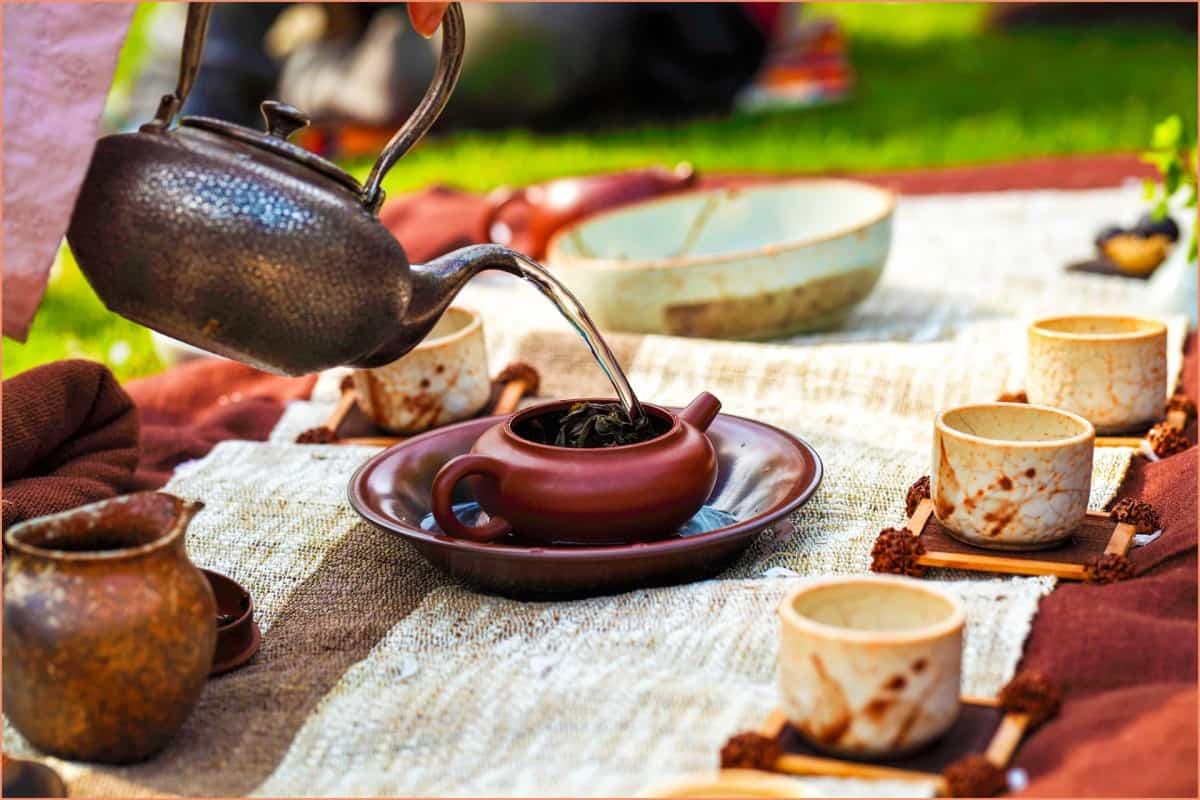 a picture of a raku tea cereimonie