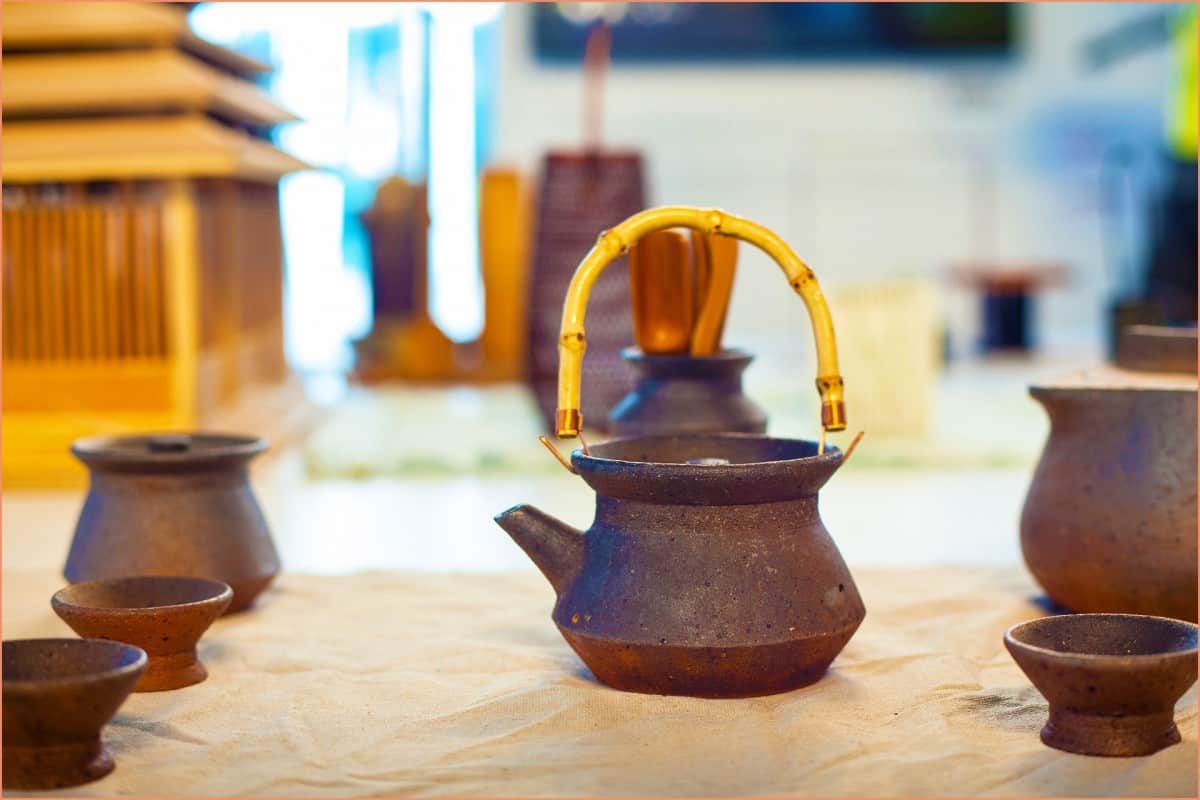a picture of raku tea set